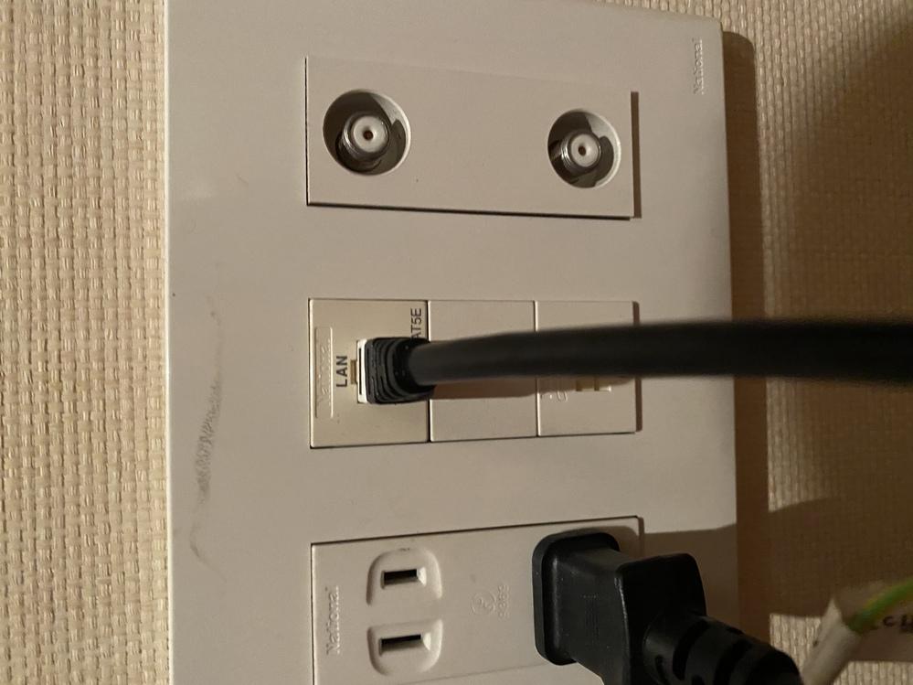 自室にLANコンセントがありps4と有線で接続がしたいのですが、できませんでした。 このLANコンセントを活用してps4を接続するにはどうすればよいですか? 自室は4階で3階のリビングにWiFi...