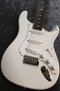 エレキギターの経年変化(黄ばみ)について質問なのですが、 ウレタン塗装で新品時真っ白なこのようなギターも黄ばんでくると思われますでしょうか? 個人的には黄ばんで欲しいです!