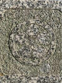 家紋の、丸に加賀梅鉢と丸に梅鉢の違いがはっきり分かりません。丸に加賀梅鉢といえば前田利家、丸に梅鉢と言えば菅原道真、という解釈で大丈夫でしょうか?また、この写真は丸に梅鉢、かと思うのですが、あっている でしょうか?
