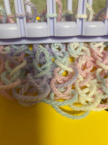 ダイソーの編み物メーカーでマフラーを作っています。 写真のようにゆるゆるですが、 どうしたらいいでしょうか。