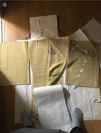 卒業袴について教えてください。 卒業式で着るのですが、実家にあったこの着物を使えないかと考えています。母が結婚の際に祖母から送ってもらった着物?だそうで、袖の部分が短めです。  私自身この着物をとて...