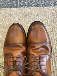 靴の皺についてなのですが、下の写真のように右の靴だけ皺が変になっていしまいます。今日買ったばかりの靴で、初めからこうなっていました。靴のことにあまり詳しくないのですがこの皺は直した方が良いでしょうか? 直した方が良いのでしたら方法も教えて下さいませんか?