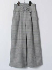 量産型や地雷系の服装に憧れているのですが、ミニスカートに抵抗があります。 画像のようなグレンチェックのワイドパンツに、リボンつきのブラウスを合わせるのはコーディネートとして変でしょうか? また、量産型・地雷系ファッションに合うズボンがありましたら、教えていただけると嬉しいです。