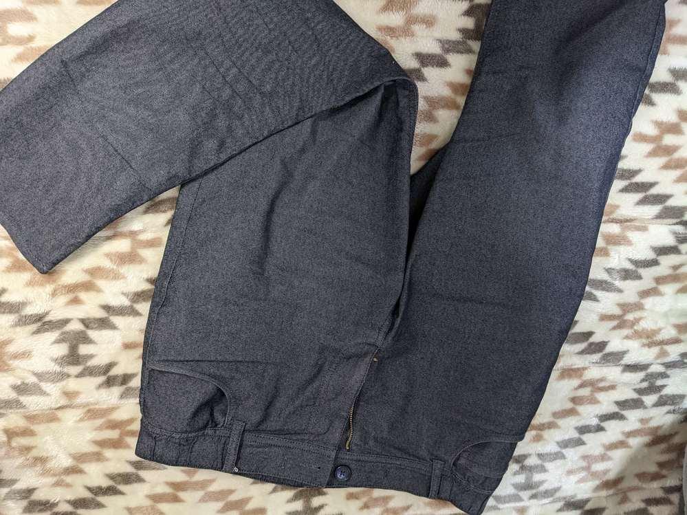 このズボン探してます、、誰か分かる方いませんか? 伸縮性が抜群で履き心地が良いので別のカラーも購入したいと思っています。 品番 392 701001