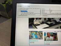ホームページビルダークラシックの背景画像について ホームページビルダーのバナーの画像が、サーバーにアップしてオンラインで見てみると1つ編集前の画像のまま表示されて困っています。  ホームページビルダークラシックの編集画面、スタイルシートでの確認画面、プレビュー画面、画像ファイルそのもの、4点全て「FACILITY 研究設備」に変更されています。  それなのに、何度アップし直してもネッ...