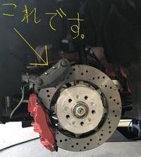 サイドブレーキのキャリパーについて(分割式) スーパーカーなどのサイドブレーキですが、後輪に写真のように通常のブレーキのキャリパーとサイドブレーキ用のキャリパーが2個セットで設置されています。 サイドブレーキを分離型にしているメリット、理由を教えてください。 インターネット上いろいろサイトを回りましたが、明確な理由が発見できておりません。  通常の油圧ブレーキに対して、ワイヤーで引きずられる...