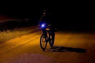 自転車の3000ルーメンくらいのライト(ハンドルにつけるライト)を点滅させて前から来た車にわざと眩しくしてその車が事故を起こしたら自転車の運 転手は罪に問われますか?その場合どのような罪になりま...