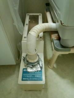 洗濯機のかさ上げ台について質問です。 現在2層式洗濯機を使用していますが、1層式に買い替える予定です。 1層式を使うのは初めてなのですが、自宅マンションでは排水が チャンバーという画像にある箱タ...