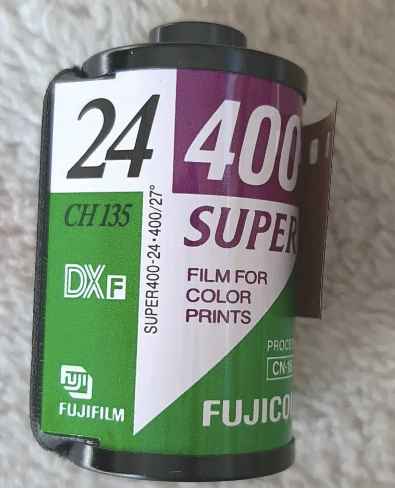 カメラのフィルムの種類について質問です。 富士フィルムの「スペリア400」と「スペリアプレミアム400」は別物ですか?