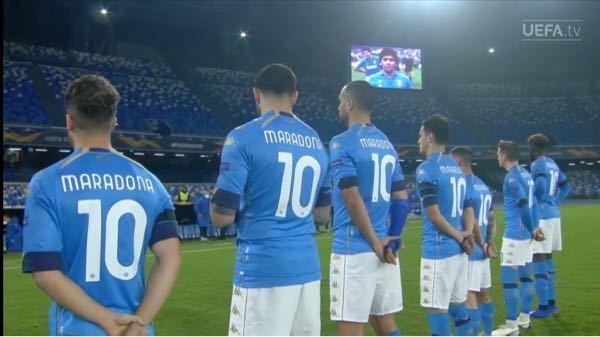 ナポリがマラドーナの死を追悼しましたがこれを見て鳥肌たったのですが改めてすごくないですか? 普通こういうのって誰か怪我をしたり引退したりするときにチームメイトがその選手の背番号のユニフォームを着...