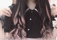 量産型さんでよく見かける写真のような髪型にしてもらいたいのですが、これはピンクのメッシュをいれているのでしょうか? それともピンクのインナーカラーをいれているのでしょうか?   どなたか教えていただけると嬉しいです!!