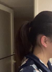 絶壁頭で悩んでいます。 ポニーテールをしたいのですが、変になってしまいます 引っ張り出すといいと書いてあるけれど、学校にそのような髪型はあまりして行きたくないです。どうすれば良くなりますか?