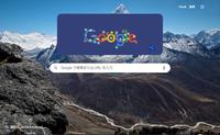 windows10です。 数日前からGoogle Chromeのホーム画面にあるGoogleロゴ周辺に紺色の縁があらわれたのですが、非表示にする方法はないのでしょうか。 以前のようにロゴだけなら問題ないのですが、この台座が邪魔で…。