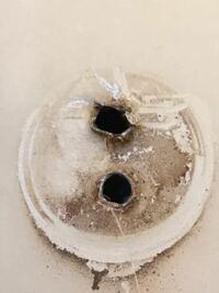 浴槽のネジ穴について教えてほしいです。 浴槽のシャワーフックがぐらぐらしていたので 外して新しいものをつけようと思ったのですが 元あるネジ穴がそもそもサビ等でぐちゃぐちゃで 中のプラグもぐちゃぐちゃ… 新しいプラグを入れることも難しい状態でした。  壁の中は空洞のようです。  この場合修正はなにを使いどのようにすればよいのでしょうか?