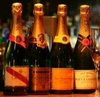 シャンパンの銘柄をよく知っている方!!! たぶんシャンパンだと思うのですが、左3つのシャンパン名を教えて下さい。 名前を教えてもらえたら自分で調べることもできるのですが… よければ、この3つのシャン...
