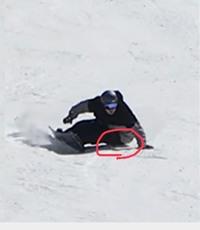スノーボードのヒールターンについて質問です! 自分は、深くターンをすると画像の丸してあるところが擦れてしまい痛みます。 お尻が当たる滑り方がいけないのか、それともプロテクターを買うしかないのな困って...