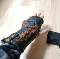 写真のような手の甲と手首を覆うような物の名前はなんですか? バイク用に手袋の上からつけられる写真のような物を探しております。  ご存知の方、教えてください。 よろしくお願いいたします。