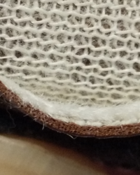 ソファの材質で本革か合皮かわかりますか。 断面は肉眼で見えないのでカメラの拡大でこんな感じです。 合皮の表皮下はスポンジみたいな2層になっていますか。