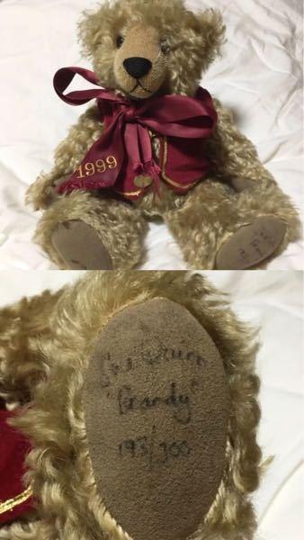 このクマのぬいぐるみの詳細を探しています。ご存知の方いらっしゃいますか。 英語で書かれた足のサインだけでも解読出来る方教えてほしいです。 宜しくお願い致します。
