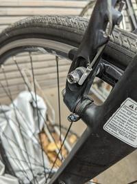クロスバイクのブレーキシューをとめるためのネジ穴(六角)が潰れてしまいました。外し方をご教示下さい。よろしくお願いします。