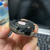 カシオのプロトレック、PRG-240T(チタンベルト仕様)です。 ベゼルリングの下の樹脂パーツのチタン色が剥がれてきたので、そのパーツを外して塗装を考えています。 分解にとりかかりましたが、どうしても手前側(上面からみるとアジャストとライトのボタンがある部分)が外れません。 ここはどのようにして外すのか、ご存じの方ご教示ください。 よろしくお願いします。