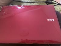 ノートパソコンを買ったのですが、マウスとマウスパッドを買っておらず購入を考え中なのですが 写真のような赤いノートパソコンに合う色は、何か分からず マウスもどのようなのを選んでいいか分かりません。 オススメなどありましたら教えていただきたく思います。