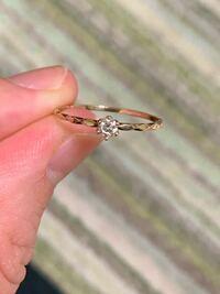 0.1ctの一粒ダイヤの指輪… 35歳でこの指輪、していて恥ずかしくはないですか? ちなみにどの指にするのが最適でしょうか。 左の薬指以外で。 付けない方がいいでしょうか。 本当に切実に悩んでいます。 あなたの気持ち次第とか感情論ではなくて、 事情を一切鑑みない、対、世間的にはどうなのかという意見でお願いします。