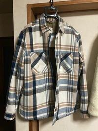 このジャケットの下に着るトップスは何色が合うでしょうか?メンズです。