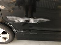 車をブロック塀に擦ってしまいました。 大体の修理費用が知りたいです。 以前夫が、これより小さな車の傷を自分で治した事があるのですが、この傷の場合も自分で治す事も可能なのでしょうか。 可能であれば何を使ったらいいかなどのアドバイスもお願いします。