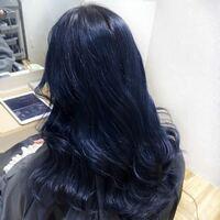 1回ブリーチをして髪の毛を写真のようなブルーブラックにした場合、どのくらいで色抜けますか? また、色落ちしていく時は緑のような色になるのてましょうか? 詳しく教えて頂きたいです  ヘアカラー 美容師 美...