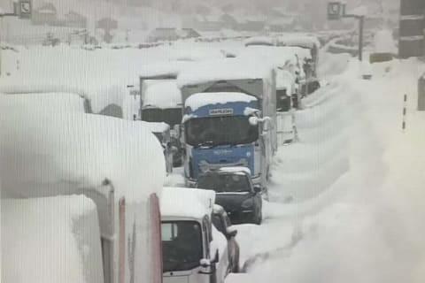 高速道路で立ち往生の時はトイレと食事はどのようにするのでしょうか?