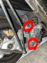 マジェスティ250です。このバイクなんですが、マフラーの部分です。この部分って普通はネジないとダメな部分ですか?それともマフラーのステーの形によって別になくても問題ないですか?