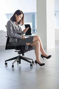 脚を組む人はたいてい無意識ですることが多いと 思いますが、これくらいのスカート丈でも 普通に脚を組みますか?