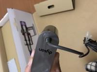 ダイソンの掃除機を購入したのですが付属品の充電器のこれは初期不良ですか?ひび割れのように見えるのですが…  別画像 https://detail.chiebukuro.yahoo.co.jp/qa/question_detail/q13236090293