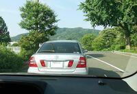 車の車間距離ですが停止中の車間距離はどれくらいが望ましいでしょうか? 以下は詰めすぎでしょうか? (ナンバープレートが中央にあると仮定してそれが、確認できる程度とします。)