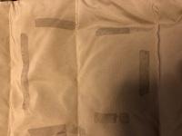 布用の協力両面テープを使ってポケットを作ったのですが、うまく行かずに剥がしました。 剥がしたら、テープが残ったので、手で擦って粘着部分を剥がしました。 その後、写真の様なシミ?!の様に服に残ってしま...