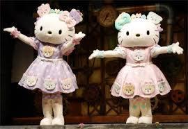 ハローキティはやはり姉妹揃ってイベントをすると盛り上がれますか? 双子の姉妹ですが、並んでみると雰囲気や顔つきが違うようにも見えます。