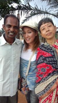 このインドのご夫婦(奥様は日本人)の間に立つ  女性タレントさんのお名前を教えて下さい。 . 確か息子さんがいて、テレビで見覚えがあります。