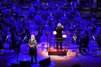 玉置浩二さんとオーケストラによる特別公演に、行かれたことがある方に質問です。 どのような感じでしょうか? 安全地帯のコンサートとはまた違う感じでしょうか?
