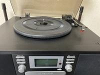 写真のタイプのレコードプレーヤーを友人から購入したのですが音飛びしてしまいます。 針のせいかと思い針を交換したのですが音飛びしてしまいます。 カートリッジを変えなければいけないのでしょうか。 どうか解...
