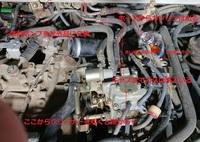 93年式スバルサンバー KS4 軽トラ のエンジンが掛からないので、 プラグを新品に変えてスパークを確認も、ガスが来てないようなので 燃料ポンプを交換しました。年式が古いので社外品です。 キャブにつながっているホースを外すとガスは勢いよく出ます。 しかしエンジンが掛かる兆候がまったくなく、プラグは乾いたままです。 エアクリーナーに繋がるインテークにキャブクリーナーを吹いても掛かりません。 写...