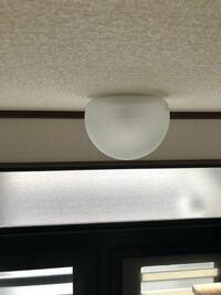 玄関上の電球交換したいのですがガラス製カバー 外れません。どのようにして外せば良いのでしょうか?