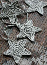 かぎ針編み初心者です  かぎ針編みで星のモチーフを編みたいのですがなかなか編みたい編み図が見つかりません。 その中でこの画像のように星を編みたいと思うのですがどのように編めばこの画像のように編めるでしょうか?  またこのモチーフを2つ作り縫い合わせ綿を詰めればあみぐるみのようになりますか?