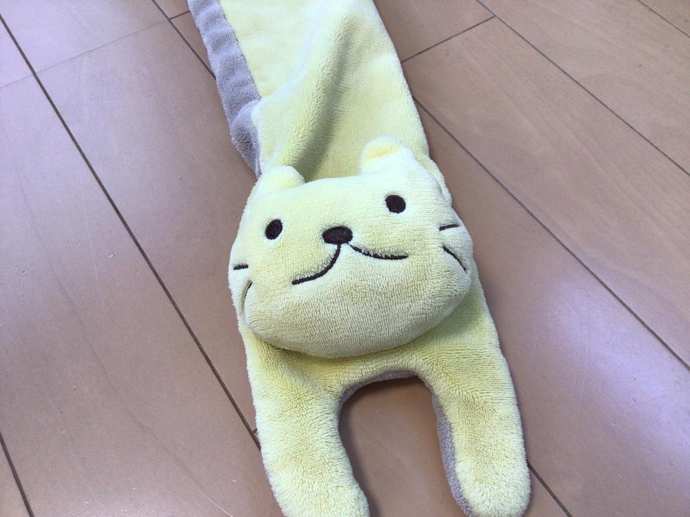 質問です。 この黄色い猫のマフラーはだいぶ前に買ったものなのですが、最近他の種類もあったなと思い調べてみると、 驚くことに全く関連するものが出てこないのです。 このマフラーを買いに行ったお店に行...