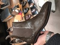 新宿伊勢丹メンズ館紳士靴売場にて写真の革靴を買いました。 サイドゴアブーツでリザード革、色はダークブラウン 知り合いに写真見てもらったら、「オヤジ臭くてダサい」と言われました。  当方、30前半です。  やはりダサいですか?