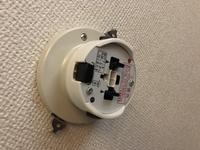 照明器具のリモコンについて 現在、PanasonicのシーリングライトLHR1063HZを使用しています。付属のリモコンがついていて、電源ボタンと、調光の機能があります。この照明を、別のペンダントライトに変えたいので...
