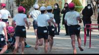 裸足教育の小学校とかで徒競走とかマラソンとか裸足でやってますが足の裏痛くないのですかね?