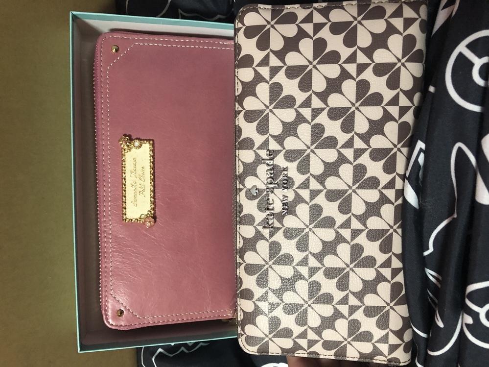 お財布、どちらを使うか悩んでいます。 先日、お財布を自身で購入したのですが、数日後にプレゼントでお財布を頂いてしまいました。 デザインはどちらも気に入っており、どちらを使うか迷ってしまっています。 当方、27歳女会社員です。 自身で購入した財布はkate spade(ベージュ×ブラウンの柄) プレゼントで頂いた財布はSamantha Thavasaプチチョイス(ローズピンク)です。 ...