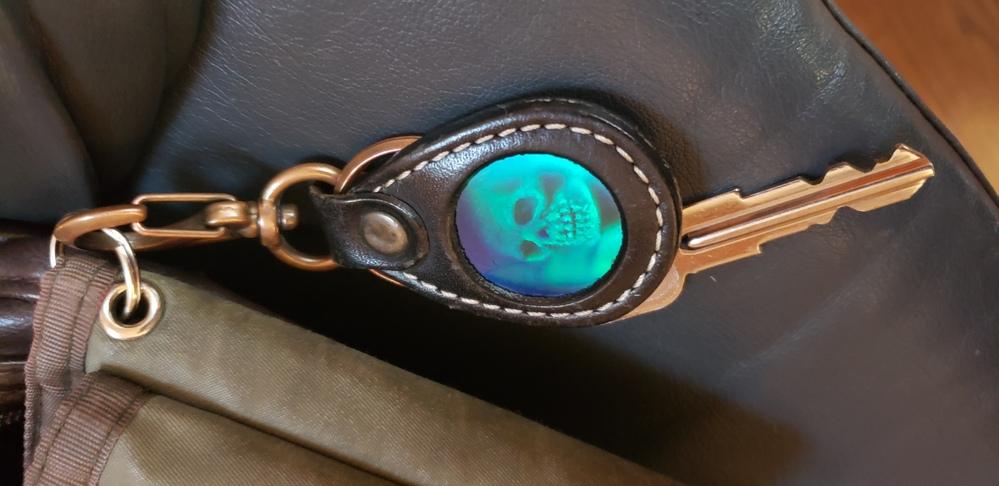 このキーホルダーの売ってた場所と仕組みを教えてください。 多分usjかディズニーで買ったものだと思います。 見る角度を変えると中の骸骨も角度を変えます