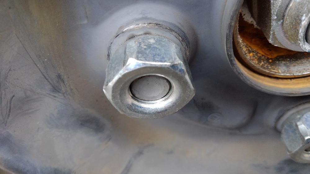 添付写真凹の状況でホイールナットを規定トルク値にて車輪を装着しました。 直接ホイールを取り付けますと、ブレーキキャリパーに密着してしまうので、5mm厚のホイールスぺーサーを使用しました状況です。 3mm厚スぺーサーも有るのですが、3mmですとホイールとキャリパーの間隔が目測で2mm程です。 ①3mm厚と5mm厚どちらを選択したらよいでしょうか? ②添付写真(5mm厚)の状態でのホイールナット締め付け長さ(ハブボルト長さが目測で2~3mm凹)凹は安全でしょうか?(どのくらい安全かも%で表しまして) ③3mm厚を使用しますと、ホイールとキャリパーの間隔が目測で2mmですが、問題ないでしょうか? ④ ③の状態ですとホイールナットとハブボルトはつらいちですが、問題ないでしょうか? ご伝授いただけませんか。 よろしくお願い致します。
